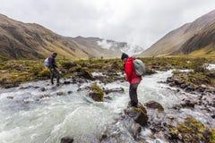 Οι ορειβάτες που διασχίζουν τον ποταμό δένουν Στοκ εικόνες με δικαίωμα ελεύθερης χρήσης