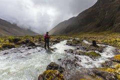Οι ορειβάτες που διασχίζουν τον ποταμό δένουν Στοκ φωτογραφίες με δικαίωμα ελεύθερης χρήσης