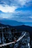 Οι ορειβάτες στην αναστολή γεφυρώνουν σε ένα ύψος Στοκ φωτογραφία με δικαίωμα ελεύθερης χρήσης