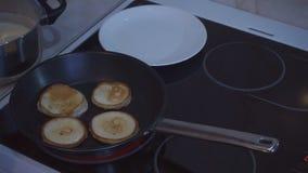 Οι ορεκτικές τηγανίτες είναι μαγειρευμένες στο τηγάνισμα του τηγανιού απόθεμα βίντεο