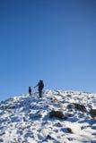 Οι ορεσίβιοι αναρριχούνται στη χιονώδη κλίση στοκ φωτογραφία