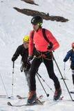 Οι ορεσίβιοι σκι αναρριχούνται στο βουνό στα σκι που δένονται στην αναρρίχηση των δερμάτων Στοκ φωτογραφία με δικαίωμα ελεύθερης χρήσης