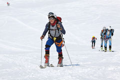 Οι ορεσίβιοι σκι ομάδας αναρριχούνται στο βουνό στα σκι που δένονται στην αναρρίχηση των δερμάτων Στοκ εικόνες με δικαίωμα ελεύθερης χρήσης
