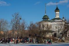Οι ορθόδοξοι Χριστιανοί βουτούν στον ποταμό το χειμώνα κοντά στο ναό στοκ εικόνες