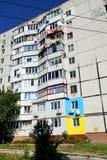 Οι ουκρανικοί άνθρωποι χρωμάτισαν τα σπίτια τους στα χρώματα της ουκρανικής σημαίας Στοκ Φωτογραφία