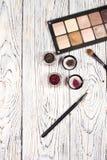 Οι ουδέτερες σκιές ματιών, χρωστικές ουσίες, ακτινοβολούν, βούρτσες και eyeliner στοκ εικόνα με δικαίωμα ελεύθερης χρήσης