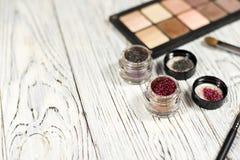 Οι ουδέτερες σκιές ματιών, χρωστικές ουσίες, ακτινοβολούν, βούρτσες και eyeliner Στοκ εικόνες με δικαίωμα ελεύθερης χρήσης