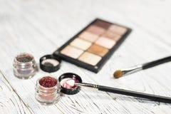 Οι ουδέτερες σκιές ματιών, χρωστικές ουσίες, ακτινοβολούν, βούρτσες και eyeliner Στοκ φωτογραφία με δικαίωμα ελεύθερης χρήσης