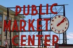 Οι λούτσοι τοποθετούν το κεντρικό σημάδι δημόσιας αγοράς Στοκ φωτογραφία με δικαίωμα ελεύθερης χρήσης