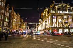 Οι οδοί νύχτας πόλεων του Άμστερνταμ με τη διαφορετική κίνηση ειδών μεταφέρουν & σκιαγραφίες των περαστικών Στοκ εικόνα με δικαίωμα ελεύθερης χρήσης