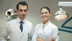 Οι οδοντίατροι εξετάζουν τη κάμερα στο γραφείο φιλμ μικρού μήκους