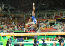 Οι ολυμπιακές χολές της Simone πρωτοπόρων των Ηνωμένων Πολιτειών που ανταγωνίζονται στην ισορροπία ακτινοβολώ στην ολόγυρη γυμνασ Στοκ φωτογραφίες με δικαίωμα ελεύθερης χρήσης