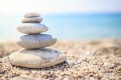 Οι πέτρες είναι ευθυγραμμισμένες με την πυραμίδα στην παραλία χαλίκια Πυραμίδα πετρών που συμβολίζει zen, αρμονία στοκ εικόνα