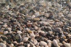 Οι πέτρες θάλασσας είναι διαφορετικών χρωμάτων υγρές Στοκ εικόνες με δικαίωμα ελεύθερης χρήσης