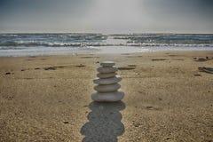 Οι πέτρες ισορροπούν και η αναδρομική έννοια SPA wellness, έμπνευση, Zen-όπως και καλά - όντας ήρεμη σύνθεση Στοκ εικόνα με δικαίωμα ελεύθερης χρήσης