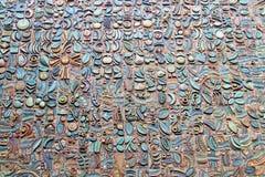 Οι πέτρες και τα υλικά ενσωματώνονται στον τοίχο Στοκ Εικόνες