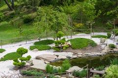 Οι πέτρες, οι λίμνες και τα διακοσμητικά δέντρα εγκαθίστανται στο ιαπωνικό ύφος Βοτανικός κήπος Kyiv στοκ φωτογραφία με δικαίωμα ελεύθερης χρήσης