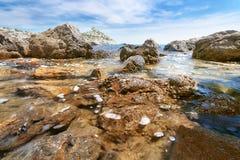 Οι πέτρες στο νερό king& x27 παραλία του s Στοκ εικόνα με δικαίωμα ελεύθερης χρήσης