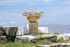 Οι πέτρες των παλαιών πολιτισμών πορτοκαλιές ομπρέλες kefalos νησιών της Ελλάδας εδρών παραλιών kos Στοκ φωτογραφία με δικαίωμα ελεύθερης χρήσης