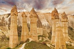 Οι πέτρινοι απότομοι βράχοι μοιάζουν με μια νεράιδα στεγάζουν τη ερωτευμένη κοιλάδα στοκ εικόνες
