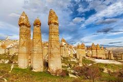 Οι πέτρινοι απότομοι βράχοι μοιάζουν με μια νεράιδα στεγάζουν τη ερωτευμένη κοιλάδα στοκ φωτογραφίες με δικαίωμα ελεύθερης χρήσης