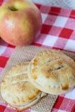 Οι πίτες χεριών της Apple το φθινόπωρο κλείνουν επάνω Στοκ φωτογραφίες με δικαίωμα ελεύθερης χρήσης
