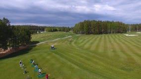 Οι παίκτες γκολφ που χτυπούν το γκολφ πυροβόλησαν με τη λέσχη στη σειρά μαθημάτων ενώ στις θερινές διακοπές, εναέριες Στοκ Φωτογραφίες