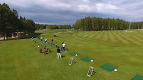 Οι παίκτες γκολφ που χτυπούν το γκολφ πυροβόλησαν με τη λέσχη στη σειρά μαθημάτων ενώ στις θερινές διακοπές, εναέριες Στοκ Εικόνα