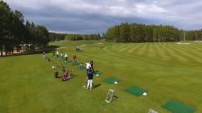 Οι παίκτες γκολφ που χτυπούν το γκολφ πυροβόλησαν με τη λέσχη στη σειρά μαθημάτων ενώ στις θερινές διακοπές, εναέριες Στοκ Εικόνες