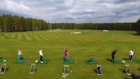 Οι παίκτες γκολφ που χτυπούν το γκολφ πυροβόλησαν με τη λέσχη στη σειρά μαθημάτων ενώ στις θερινές διακοπές, εναέριες Στοκ εικόνες με δικαίωμα ελεύθερης χρήσης