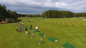 Οι παίκτες γκολφ που χτυπούν το γκολφ πυροβόλησαν με τη λέσχη στη σειρά μαθημάτων ενώ στις θερινές διακοπές, εναέριες Στοκ φωτογραφίες με δικαίωμα ελεύθερης χρήσης