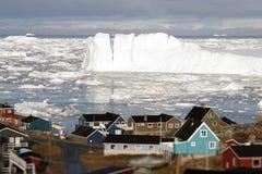 Οι παγετώνες παγετώνων της Γροιλανδίας στεγάζουν τον ωκεάνιο μικρού χωριού ουρανό burg Στοκ φωτογραφία με δικαίωμα ελεύθερης χρήσης