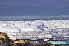 Οι παγετώνες παγετώνων της Γροιλανδίας στεγάζουν τον ωκεάνιο μικρού χωριού ουρανό burg Στοκ φωτογραφίες με δικαίωμα ελεύθερης χρήσης