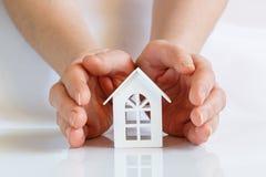 Οι παλάμες των χεριών καλύπτουν το σπίτι Στοκ εικόνες με δικαίωμα ελεύθερης χρήσης