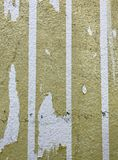 Οι παλαιές αυτοκόλλητες ετικέττες είναι στον τοίχο Στοκ Φωτογραφίες