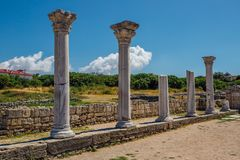Οι παλαιές ελληνικές στήλες παραμένουν της αρχαίας βασιλικής Byzantian Παλαιές καταστροφές στο αρχαιολογικό πάρκο Chersonesus Στοκ Φωτογραφίες