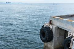 Οι παλαιές ρόδες που χρησιμοποιήθηκαν ως προφυλακτήρας για τις βάρκες ή οι μεγάλες ρόδες φορτηγών χρησιμοποίησαν για Στοκ Εικόνες