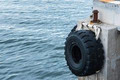 Οι παλαιές ρόδες που χρησιμοποιήθηκαν ως προφυλακτήρας για τις βάρκες ή οι μεγάλες ρόδες φορτηγών χρησιμοποίησαν για Στοκ Φωτογραφίες