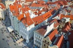 οι παλαιές στέγες της Πράγας ματιών πουλιών τακτοποιούν την πόλης όψη στοκ εικόνες με δικαίωμα ελεύθερης χρήσης