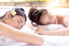 Οι πανέμορφες όμορφες γυναίκες παίρνουν τις μακροχρόνιες διακοπές Σαββατοκύριακου στη θερινή θάλασσα στοκ εικόνα
