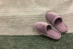 Οι παντόφλες δωματίων είναι σε μια μαλακή κουβέρτα, την έννοια της άνεσης και την ευκολία στοκ εικόνες