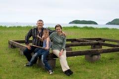 Οι παππούδες και γιαγιάδες με τον εγγονό στην κατασκευή στεγάζουν Στοκ Φωτογραφίες