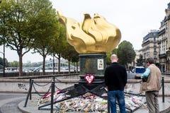 Οι παρατηρητές υπερασπίζονται τη φλόγα της ελευθερίας στο Παρίσι ως ανεπίσημο memor Στοκ Φωτογραφία