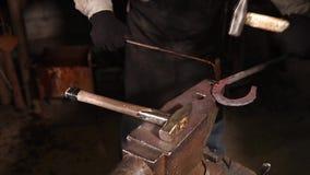 Οι παραχαράκτες διακοσμούν το πέταλο μετάλλων με το χτύπημα πέρα από το από τα σφυριά απόθεμα βίντεο