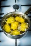 Οι πατάτες βράζουν στο νερό και μια κατσαρόλλα Θέση για το κείμενό σας στοκ φωτογραφία με δικαίωμα ελεύθερης χρήσης