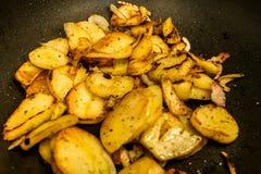 Οι πατάτες τηγάνισαν στο πετρέλαιο σε ένα τηγανίζοντας τηγάνι με τα χορτάρια για τα autrian τρόφιμα Στοκ φωτογραφία με δικαίωμα ελεύθερης χρήσης