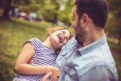 Οι πατέρες αγκαλιάζουν Ημέρα στη φύση στοκ φωτογραφία με δικαίωμα ελεύθερης χρήσης