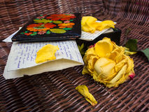 Οι παλαιές επιστολές, Cascet και αυξήθηκαν στοκ φωτογραφίες