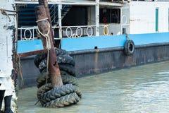 Οι παλαιές ρόδες που χρησιμοποιήθηκαν ως προφυλακτήρας για τις βάρκες ή οι μεγάλες ρόδες φορτηγών χρησιμοποίησαν για Στοκ Φωτογραφία