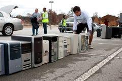 Οι παλαιοί υπολογιστές συσσωρεύονται στο γεγονός ημέρας ανακύκλωσης Στοκ φωτογραφία με δικαίωμα ελεύθερης χρήσης